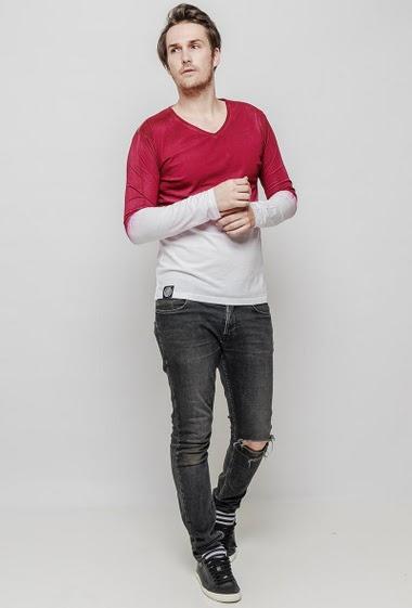 T-shirt imprimé à manches longues, col V, coupe décontractée. Le mannequin mesure 187 cm et porte du L