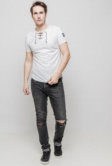 T-shirt à manches courtes, col avec lacet, motif oiseaux, manches courtes, coupe décontractée. Le mannequin mesure 187 cm et porte du L