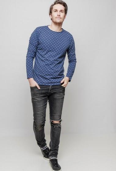 T-shirt à motif, col rond et manches longues. Le mannequin mesure 187 cm et porte du L