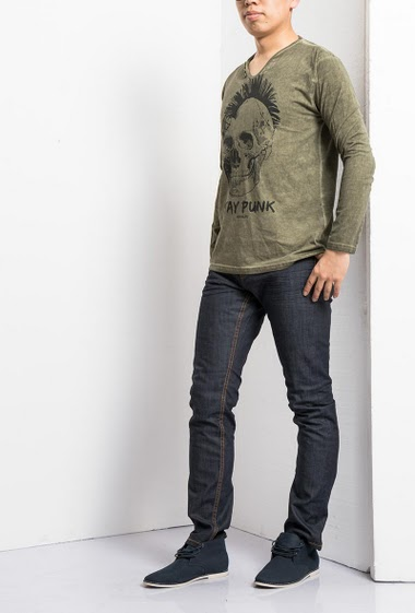 Long sleeves t-shirt, skull printed, collar decorated with buttons, casual fit