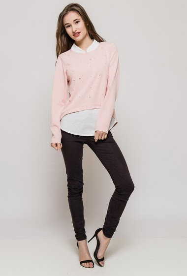 Blouse with long sleeves, top with pearls and contrasting border. The model measures 171cm, one size corresponds to 10/12