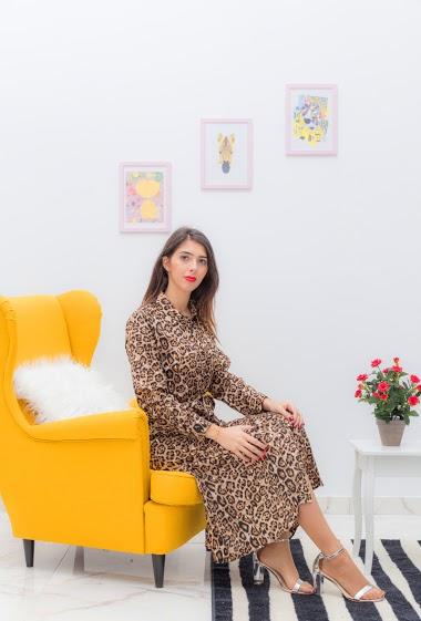 Chemise  longue leopard, le mannequin mesure 175 cm et porte un S. longueur: 130 cm