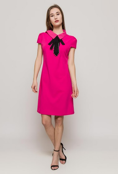 Stretch dress, short sleeves, contrasting collar with pearls. The model measures 171cm, one size corresponds to 10/12