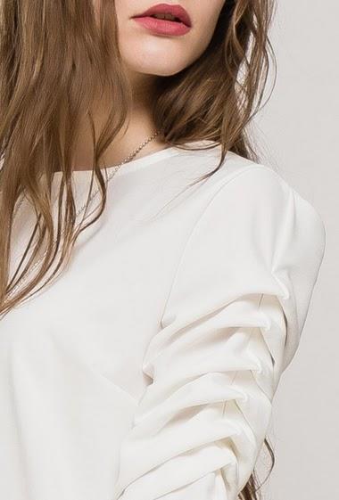 Robe à manches 3/4, tissu stretch, collier. La mannequin mesure 171cm, TU correspond à 38/40
