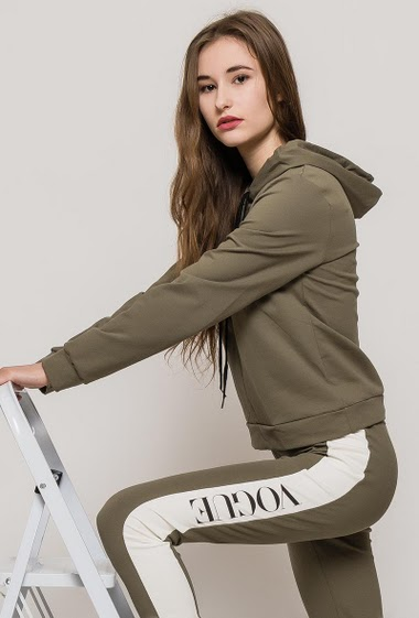 Joggers pants and hoodie. The model measures 171cm, one size corresponds to 10/12