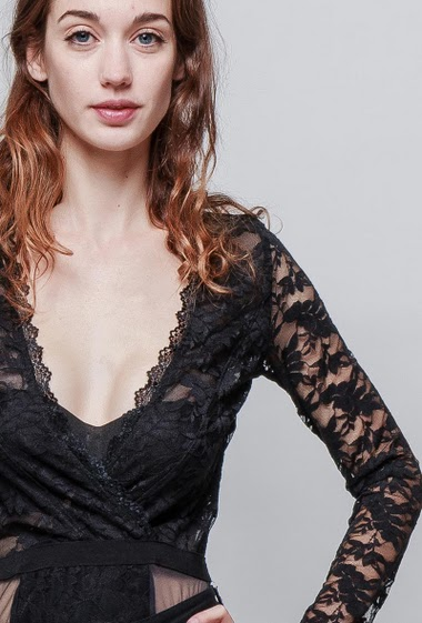Wrap lace body, open back, plunge neckline, press stud closure, long sleeves. The model measures 177cm and wears M