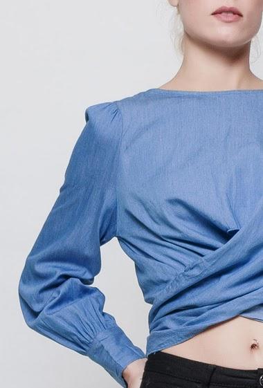 Chemise crop, a nouer dans le dos, dos nu. la mannequin mesure 177 cm et porte du S