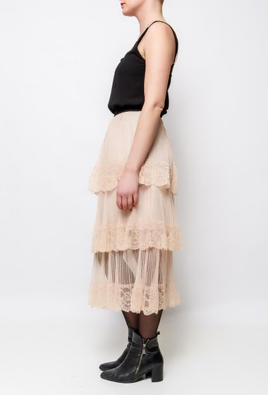 Skirt in tule, lace border. The model measures 170cm and wears S