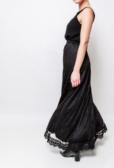 Long skirt in lace, elastic waist. The model measures 170cm and wears S