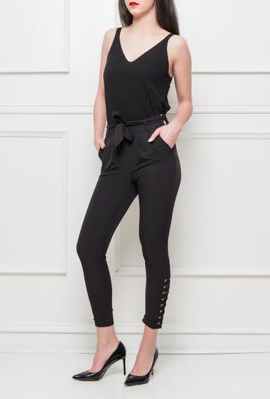 Pantalon avec ceinture à nouer, chevilles ornées d'un lacet