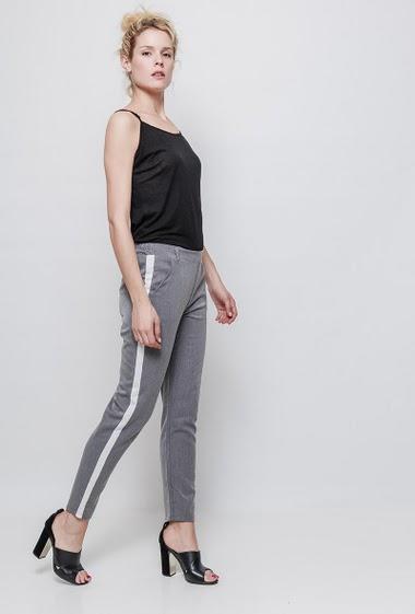 Pantalon chino a bandes laterales. la mannequin mesure 177 cm et porte du S