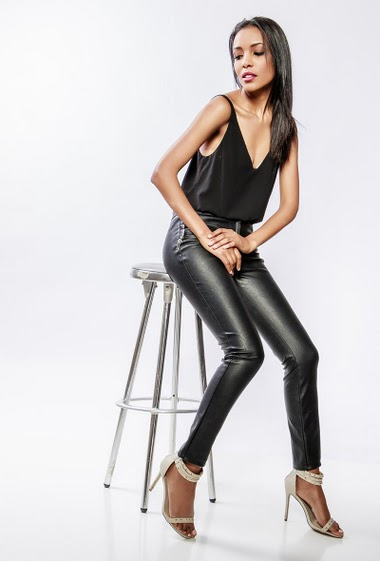 Leatherette pants, stretch fabric, zip closure, fake pockets. The model measures 170cm and wears S