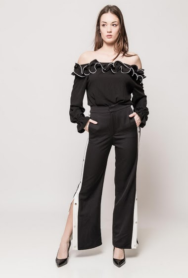 Flared pants, side stripes, decorative press studs. The model measures 175cm and wears S