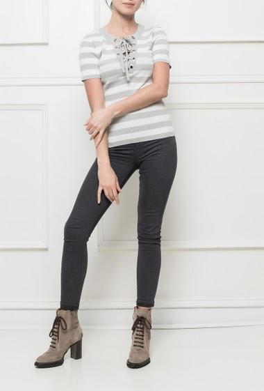 Top en maille très stretch, rayé, avec détail œillet et lacet, manches courtes, coupe près du corps