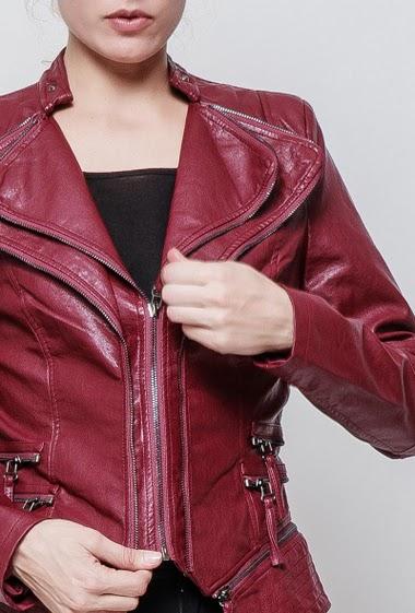 Veste en pu a double col revers zip. la mannequin mesure 177 cm et porte du S