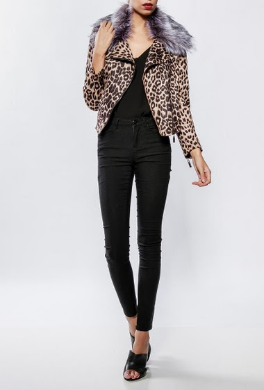 Casual jacket, removable fur collar, zip closure, crop fit. The model measures 176cm and wears S