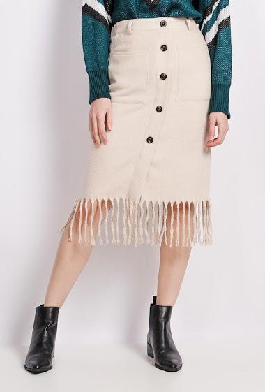 Jupe boutonnée avec franges et poches. La mannequin mesure 177cm