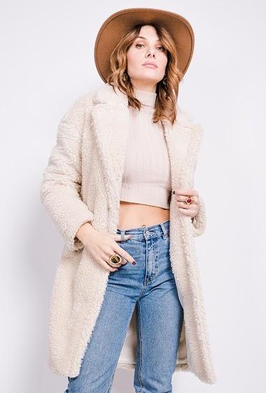 Manteau de qualité premium. Livré sur grand cintre spécial manteau et emballé par un film plastique à la pièce. La mannequin mesure 175cm Manteau imitation mouton.