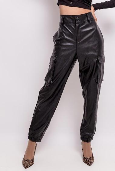 Pantalon cargo. La mannequin mesure 170cm et porte du XL