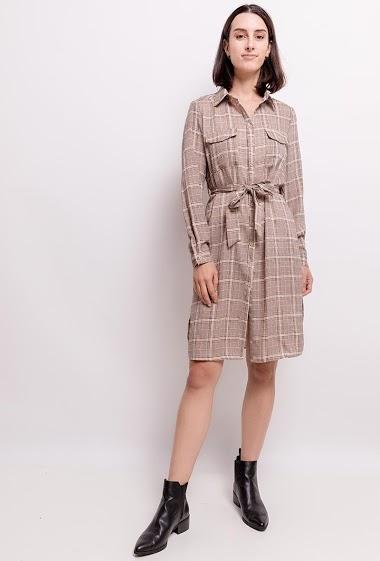 Robe chemise. La mannequin mesure 177cm et porte du S. Longueur:107cm