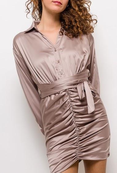 Robe satinée drapée, manches longues. La mannequin mesure 177cm et porte du S. Longueur:85cm