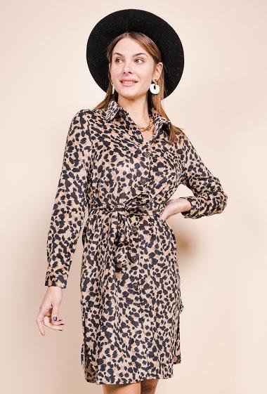 Robe chemise imprimée en velours côtelé, manches longues, fentes. La mannequin mesure 175cm