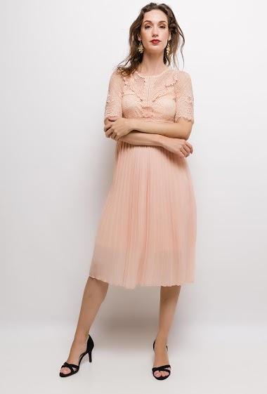 Robe en dentelle, jupe plissée. La mannequin mesure 177cm et porte du S. Longueur:115cm