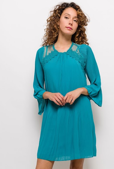 Dress with applied lace. The model measures 177cm and wears S. Length:90cm