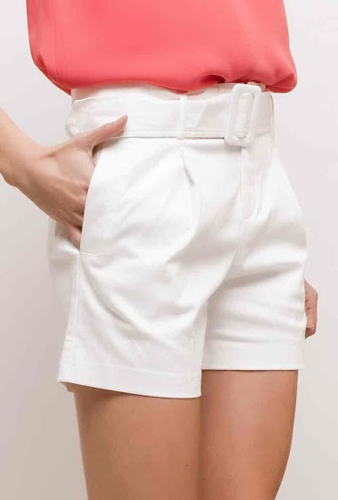 Belted shorts. The model measures 178cm, one size corresponds to 10/12(UK) 38/40(FR)