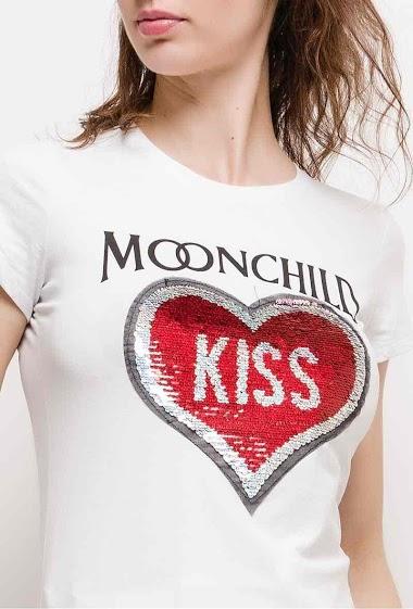 T-shirt à manches courtes, cœur KISS avec sequins. La mannequin mesure 177cm et porte du S. Longueur:60cm