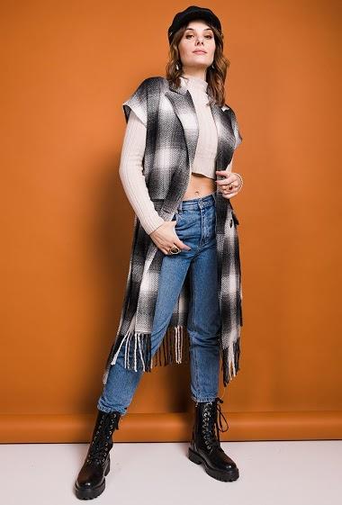 Veste longue, franges, ceinture. La mannequin mesure 175cm