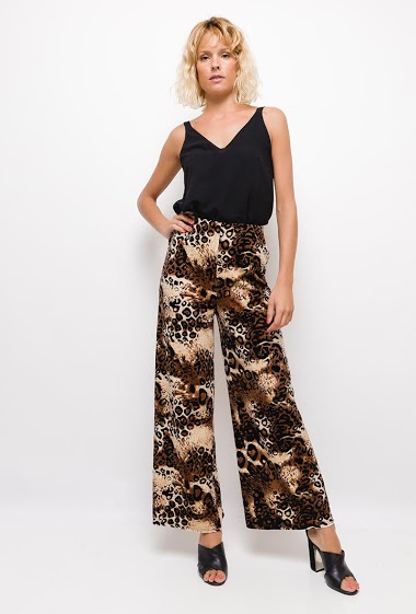 Velvet pants,Wide leg pants with leopard print. The model measures 177cm and wears S