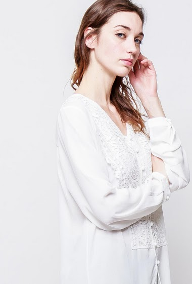 Long shirt with lace yoke, fluid fabric. The model measures 177cm, one size corresponds to 38-40