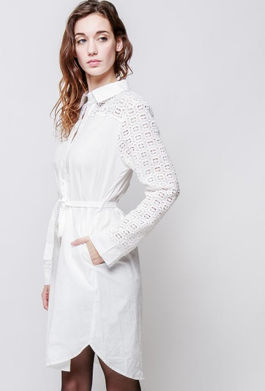 Shirt dress with lace yoke, belt. The model measures 177cm and wears S