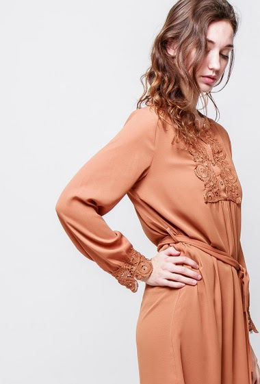 Dress with lace yoke, long sleeves, fluid fabric. The model measures 177cm and wears S