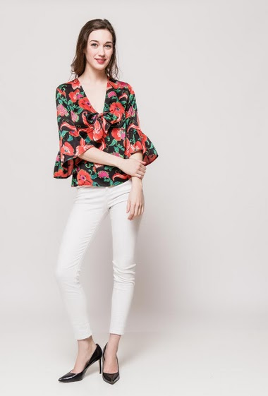 Blouse with pattern, flared sleeves with ruffles. The model measures 177cm and wears S