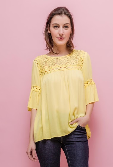 Soft blouse, lace. The model measures 178cm and wears S. Length:60cm