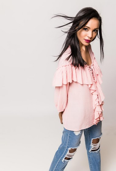 Blouse with long sleeves, ruffles, fluid and light fabric. The model measures 170cm and wears M