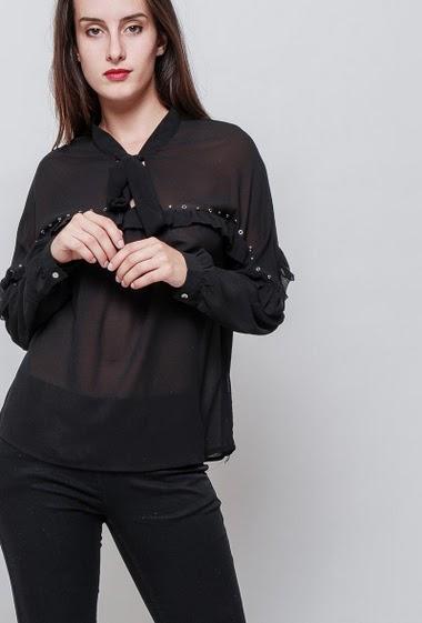 Blouse féminine ample, col noué, tissu transparent. La mannequin mesure 176cm et porte du S