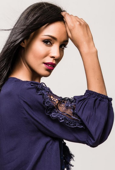 Blouse decorated with embroidered lace, bohemian style, fluid fabric, lining. The model measures 170cm and wears S/M