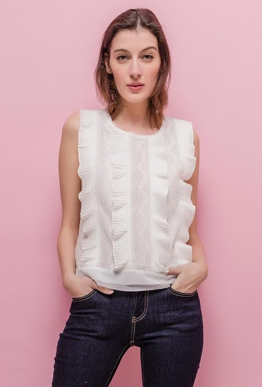Sleeveless blouse with pleated ruffles. The model measures 178cm and wears S. Length:55cm
