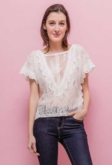 Blouse with refined lace, non lining. The model measures 178cm and wears S/M. Length:50cm