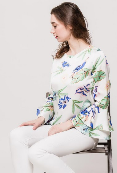 Blouse with printed flowers, flared sleeves, ruffles, regular fit. The model measures 177cm and wears S