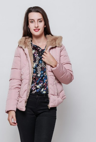 Quilted feminine jacket, hood with fur, zipped pockets, zip closure. The model measures 176cm and wears S