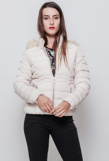 Quilted feminine jacket, removable hood with fur, zipped pockets, zip closure. The model measures 176cm and wears S