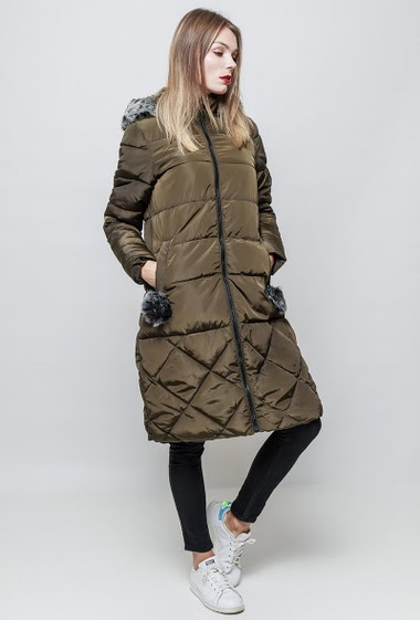Hooded puffa coat. Fur hood. Zipped pockets with pompoms. The model measures 177 cm and wears S.