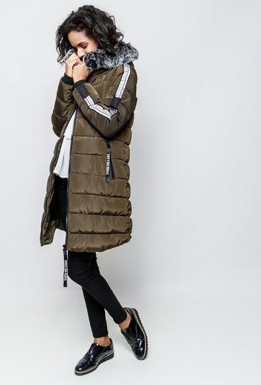Doudoune à capuche avec fourrure amovible, manches ornées d'une bande imprimée. La mannequin mesure 177cm et porte du S