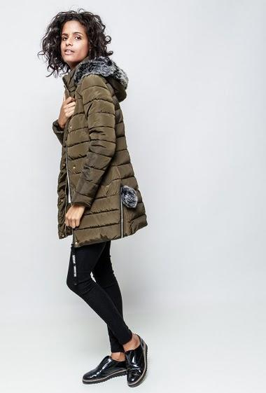 Doudoune avec côté orné de zip, capuche. La mannequin mesure 177cm et porte du S