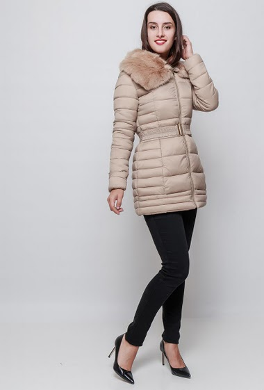 Doudoune féminine matelassée, col en fourrure, poches zippées, fermeture éclair. La mannequin mesure 176cm et porte du S