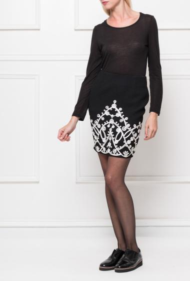 Jupe courte avec motif contrastant, zip au dos